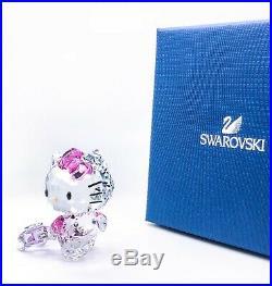 NEW SWAROVSKI CRYSTAL 5279082 HELLO KITTY TRAVELLER With SUITCASE FIGURINE